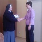 Pani riaditeľka odovzdáva finančný dar pre Krízové centrum Alžbetka